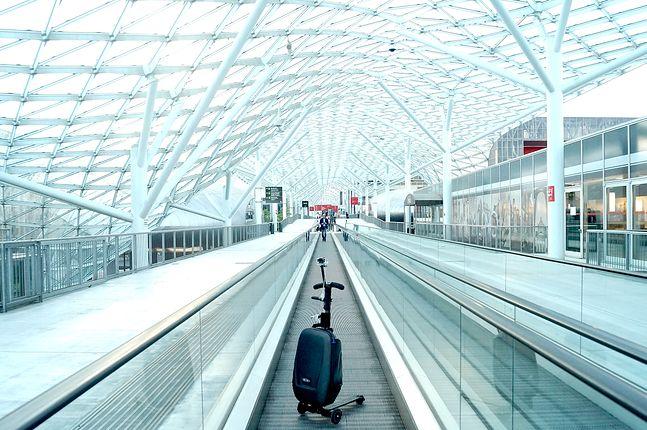 Hulajnogo-walizko-kamera to znak rozpoznawczy Michała Mazura, autora bloga TrendNomad.com