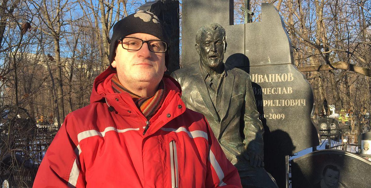 Mark Galeotti przy grobie Wiaczesława Iwankowa ps. Japończyk. Gangster działał w Rosji i USA. Na jego pogrzeb do Rosji zjechali mafiosi z całego świata