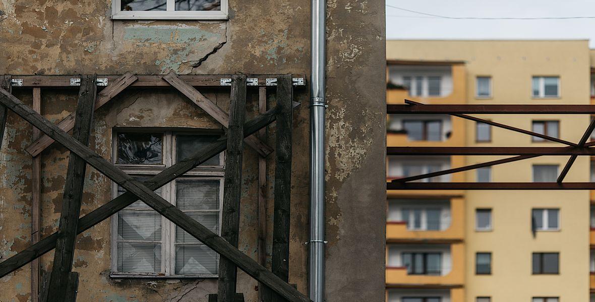 Mieszkanie pani Małgorzaty znajduje się powyżej stempla podtrzymującego ścianę budynku. Nic dziwnego, że ściany w jej niewielkich pokojach popękały