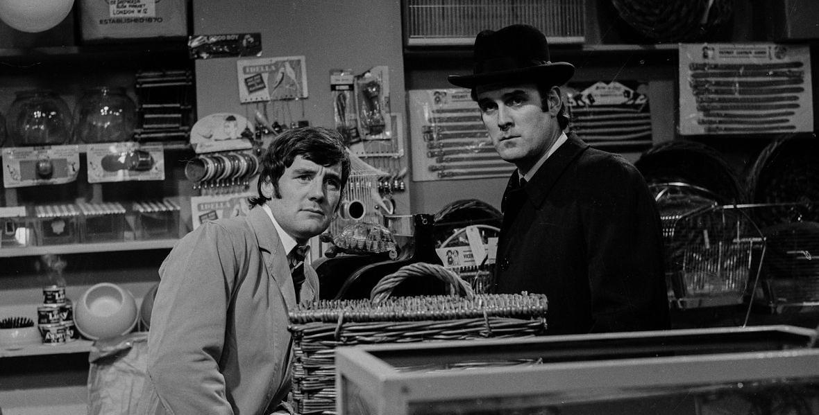 """Michael Palin i John Cleese w skeczu o martwej papudze, jednym z najsłynniejszych stworzonych przez """"Latający Cyrk""""."""