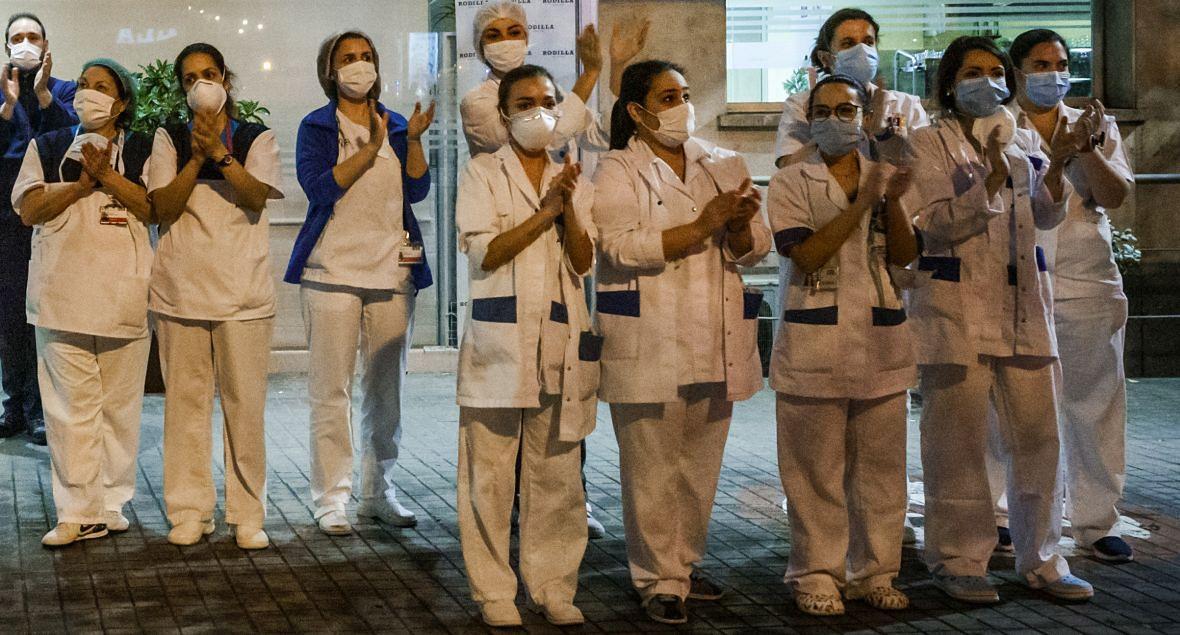 Madryt. Lekarze i pielęgniarki ze szpitala Jimenez Diaz oklaskują decyzję o masowej kwarantannie