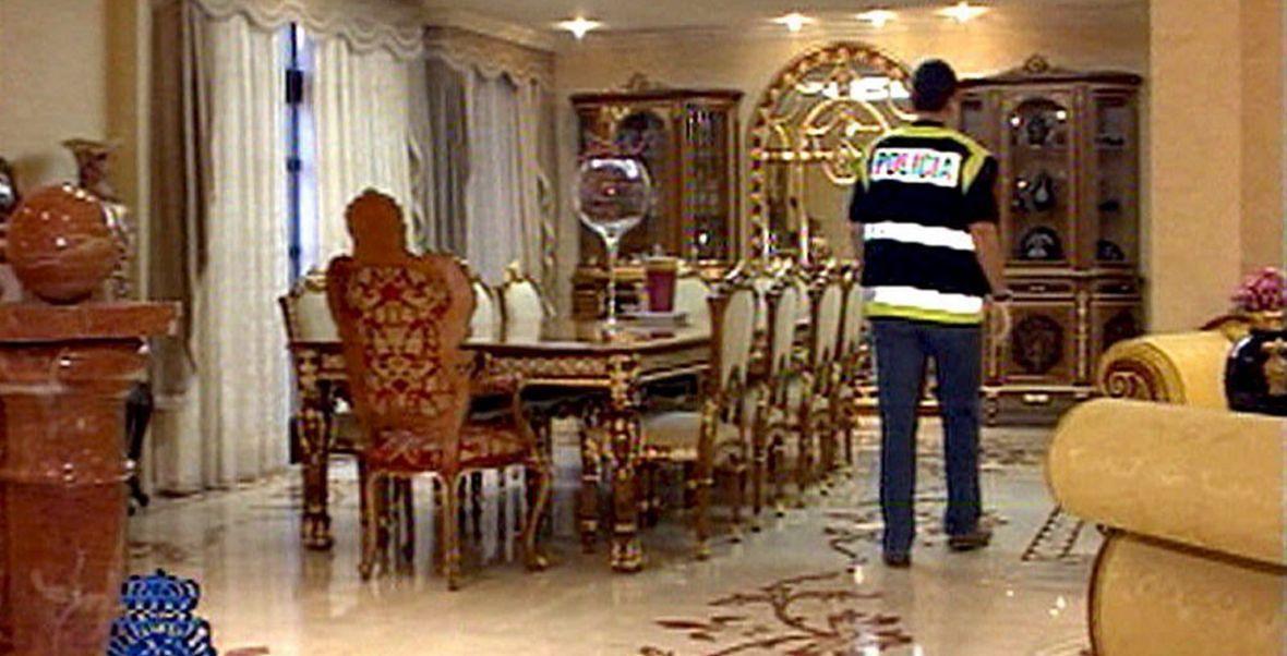 Rosyjscy gangsterzy przenieśli część swoich interesów na zachód Europy. Na zdjęciu hiszpańska policja w domu jednego z mafijnych bossów pod Barceloną