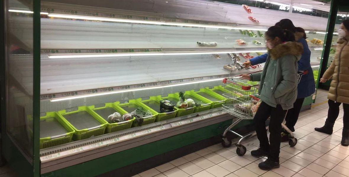 Chińczycy rzucili się do sklepów, żeby zrobić zapasy. Po kilku dniach półki świeciły pustkami