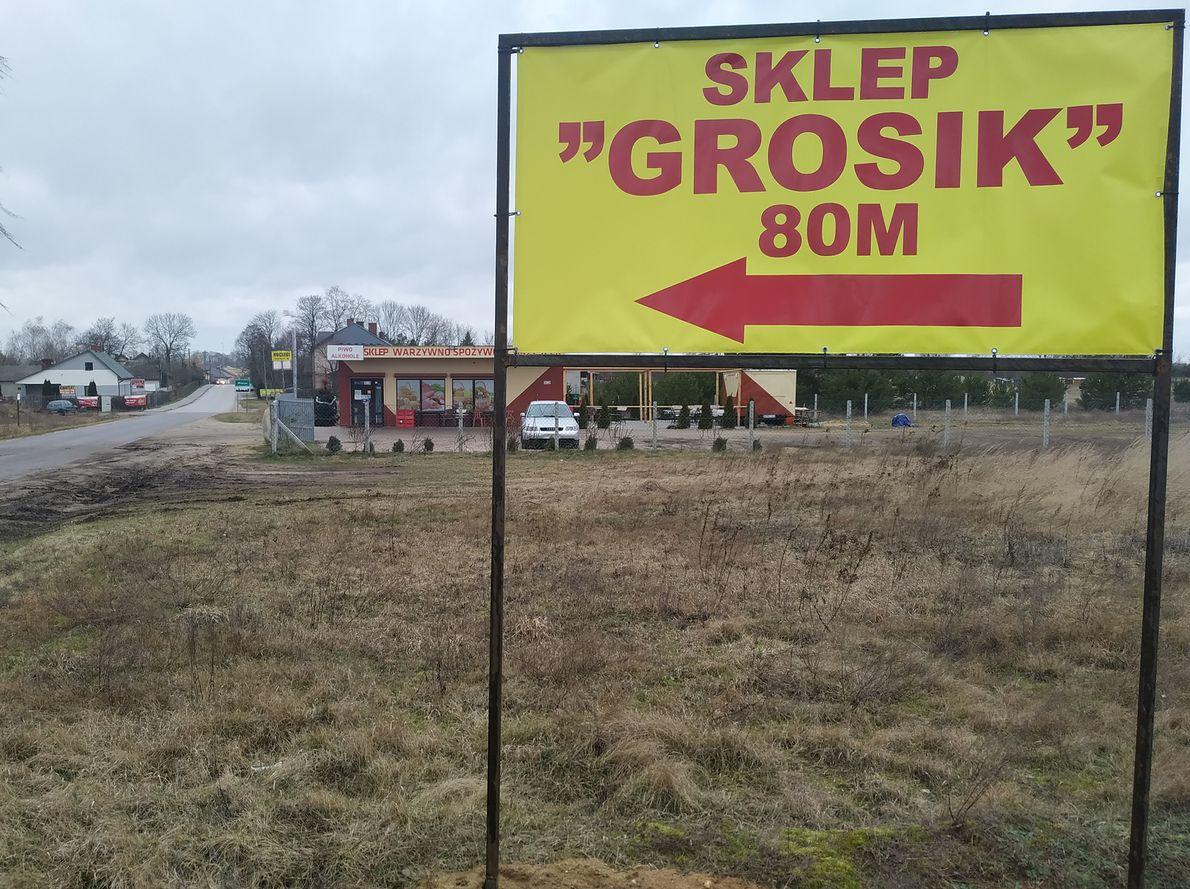 """Właściciele """"Grosika"""" postawili przed konkurencyjnym punktem reklamę swoich usług."""