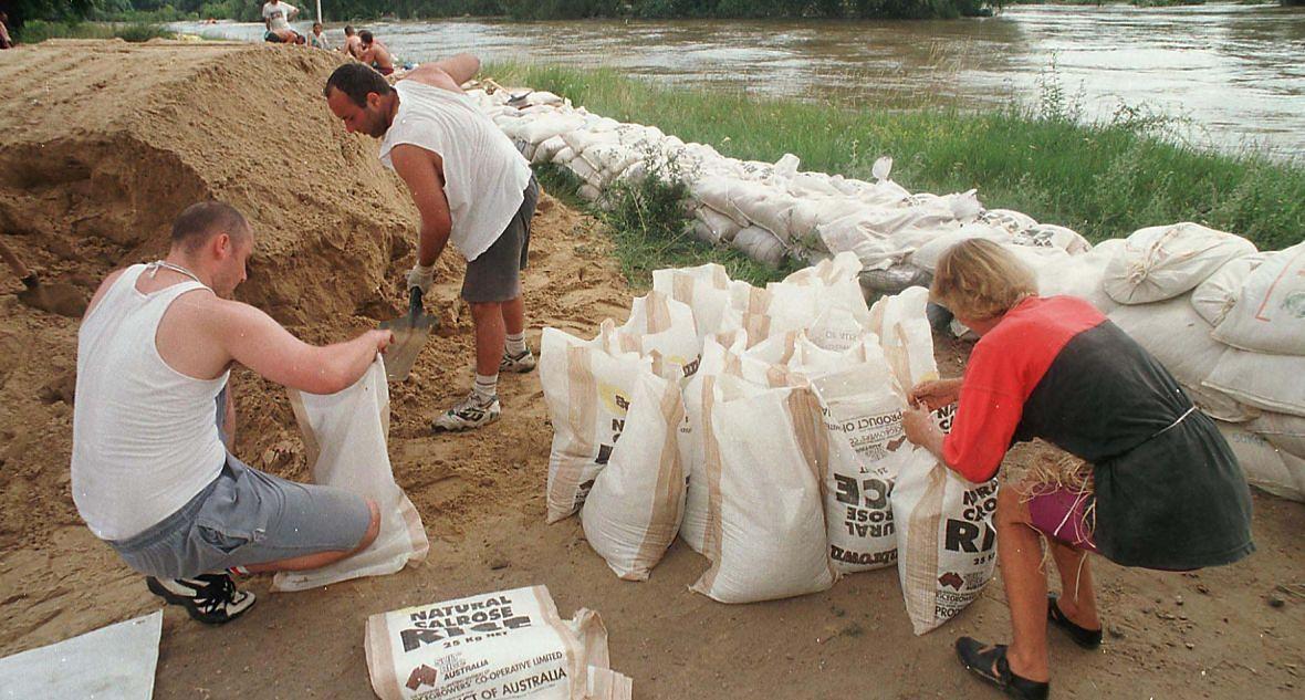 Mieszkańcy Głogowa przygotowują się do nadejścia fali powodziowej. 15 lipca 1997 roku