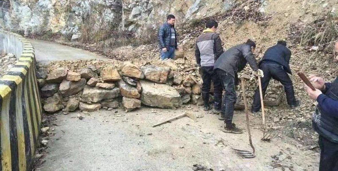 Mieszkańcu wioski w okolicach Szanghaju stawiają blokadę - nie dojedzie do nich nikt obcy, a oni nigdzie się nie wybierają ze strachu przed koronawirusem