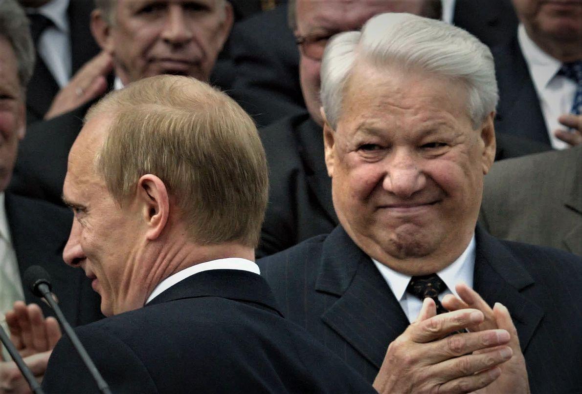 Moskwa, Rosja, 12.06.2003 r. Były rosyjski prezydent Borys Jelcyn (z prawej) i ówczesny oraz obecny prezydent Władimir Putin (z lewej) podczas obchodów Dnia Niepodległości Rosji