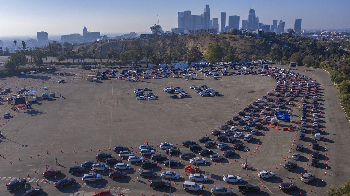 Mieszkańcy Los Angeles stoją w wielkiej samochodowej kolejce do testu na koronawirusa, 14.11.2020 r. Czy świat stanie w takich samych kolejkach po szczepienia?