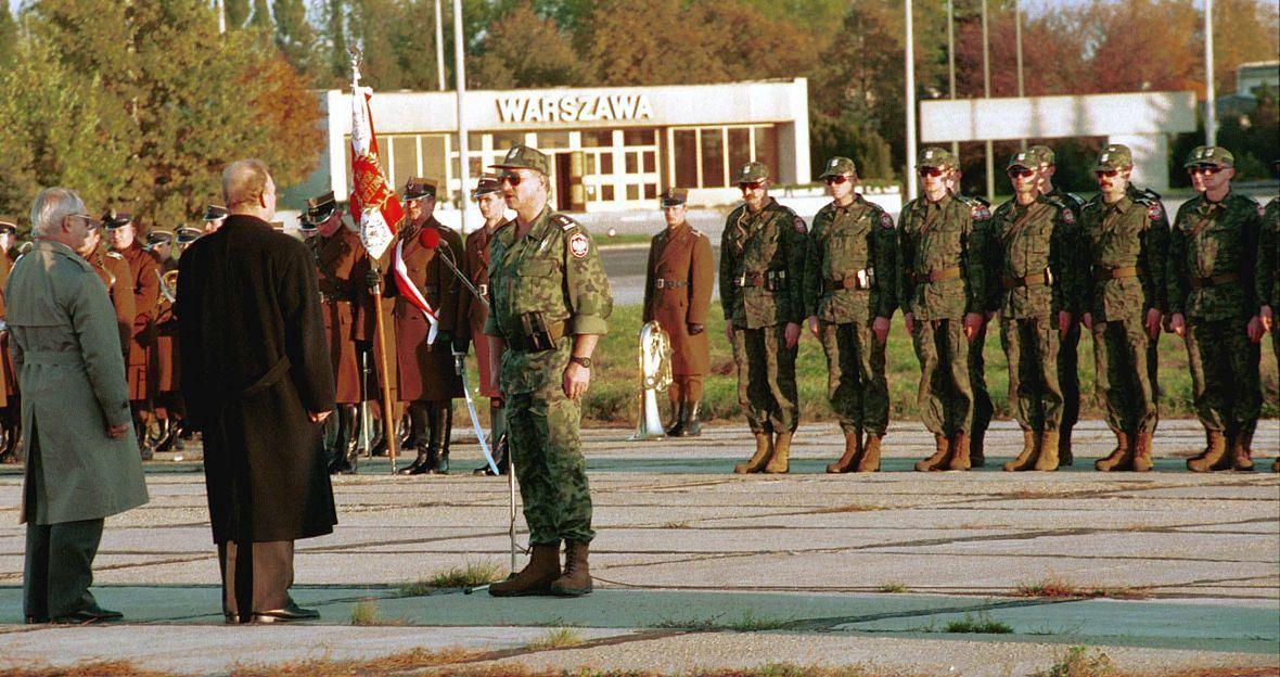 Pożegnanie komandosów GROM przed wylotem na Haiti. 17 października 1994 roku. Do tego czasu opinia publiczna nie wiedziała o istnieniu elitarnej jednostki