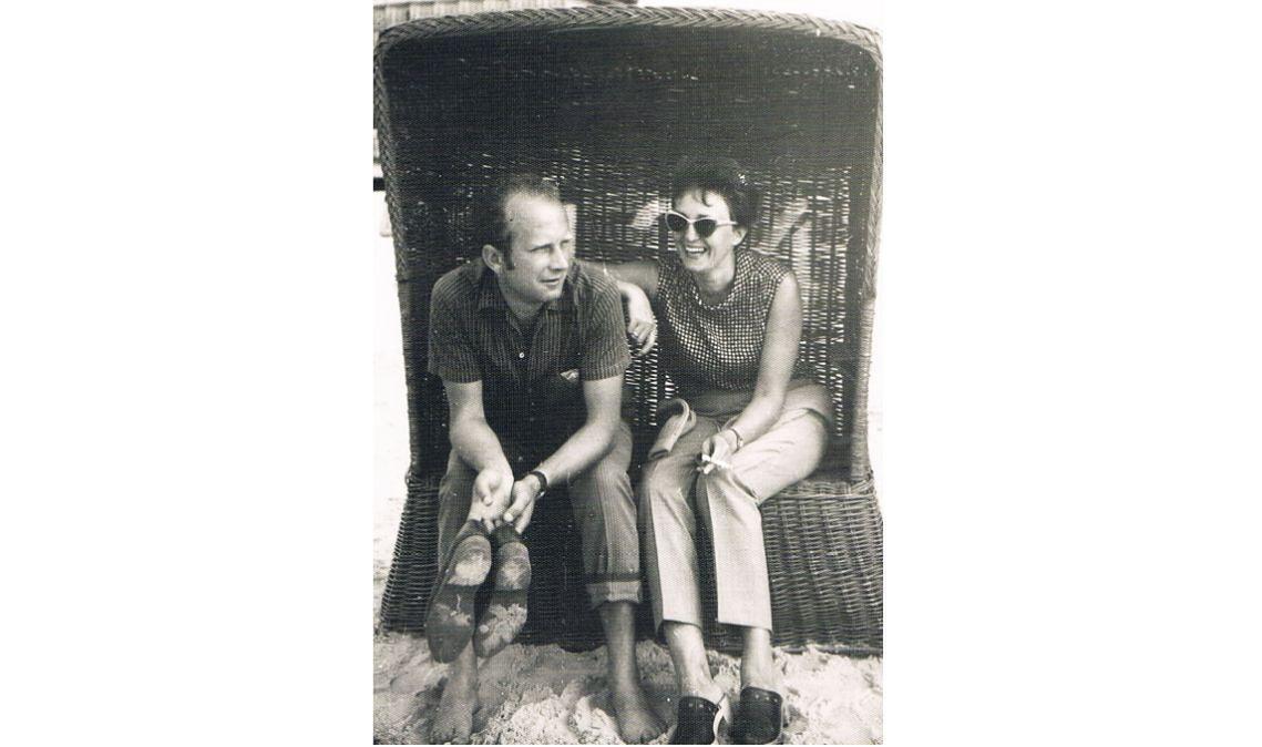 Siedzą w wiklinowym koszu plażowym. Ona włosy w kok spięła, wsparła o męża ramię i zerka na niego zza przeciwsłonecznych okularów. Być może on, patrząc w dal, chwilę wcześniej rzucił udanym żartem, bo żona się śmieje. On – zamyślony, piasek łaskocze mu bose stopy. Podpis pod zdjęciem: Kołobrzeg 1970. Rodzice, piętnaście lat po ślubie