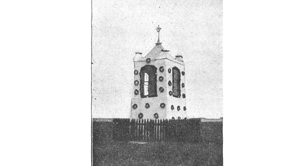 """Kapliczka w Borucinie. Zdjęcie z książki """"ZDROJE RADUNI. Przewodnik po tak zw. Szwajcaryi Kaszubskiej"""", rok 1913"""