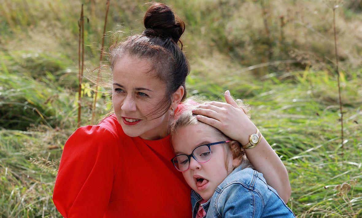 """Justyna Łata z córką. Matka: """"Widok jej szczęśliwej daje mi siły na cały kolejny dzień. Oczywiście w tyle głowy wciąż zostaje, że jest nieuleczalnie chora, ale widzę, jak bardzo czerpie z życia. Hania pokazuje mi, że jest fajne"""""""