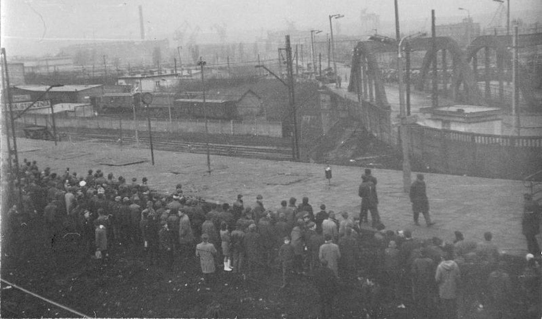 Wiadukt przy stacji SKM Gdynia Stocznia. 17 grudnia 1970 roku