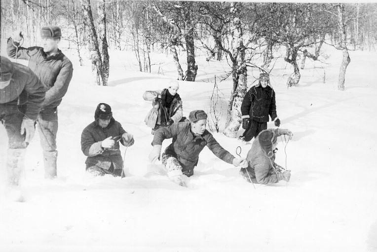 Poszukiwania w dolinie, pomiędzy Chołatczachl a wierzchołkiem o numerze 880. Wojskowi na wszystkich fotografiach z miejsca tragedii to żołnierze Uralskiego Okręgu Wojskowego. Służyli w jednostce 6602, która pilnowała uralskich łagrów //fot. Fundacja Pamięci Grupy Diatłowa