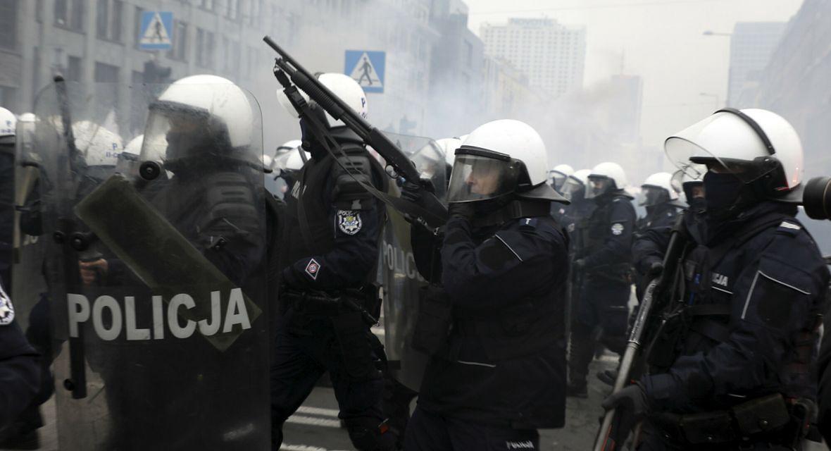 """Interwencja policji podczas Marszu Niepodległości 2020. Był zorganizowany pod hasłem """"Nasza cywilizacja. Nasze zasady"""""""