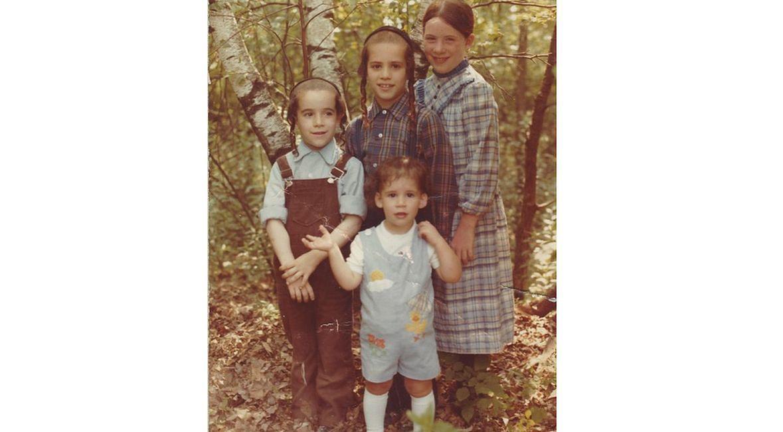 Denn (drugi z lewej) z rodzeństwem podczas wycieczki w górach Catskill, lato 1984 roku