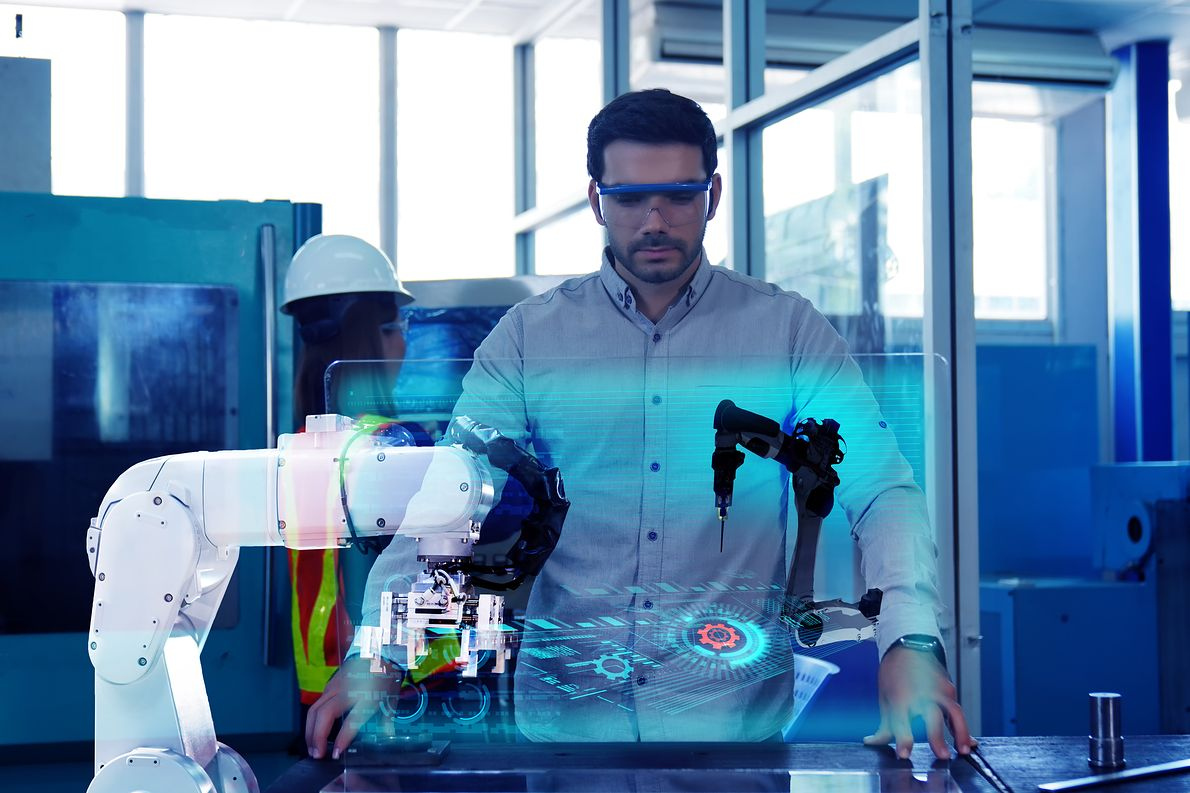 Inżynier tworzy projekt 3D z pomocą robota