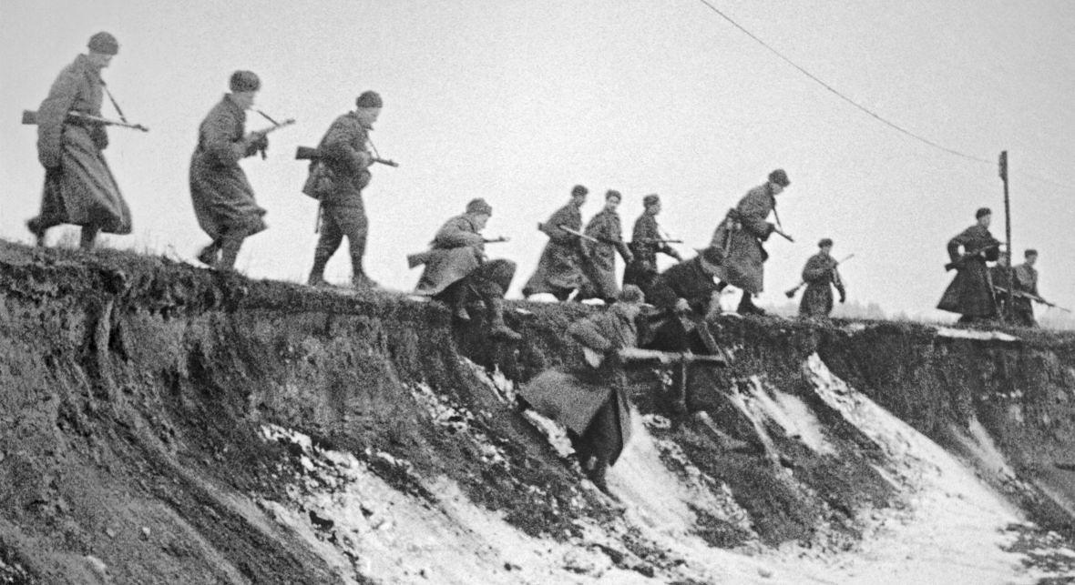 """""""Zauważyłem sylwetki, kobiety i młodej dziewczyny, uciekające uzbrojonym radzieckim żołnierzom. Biegły do jeziora. Wskoczyły do jeziora i zanurzyły się w wodzie, daleko, dalej, niż byłoby to bezpieczne"""" (zdjęcie ilustracyjne)"""