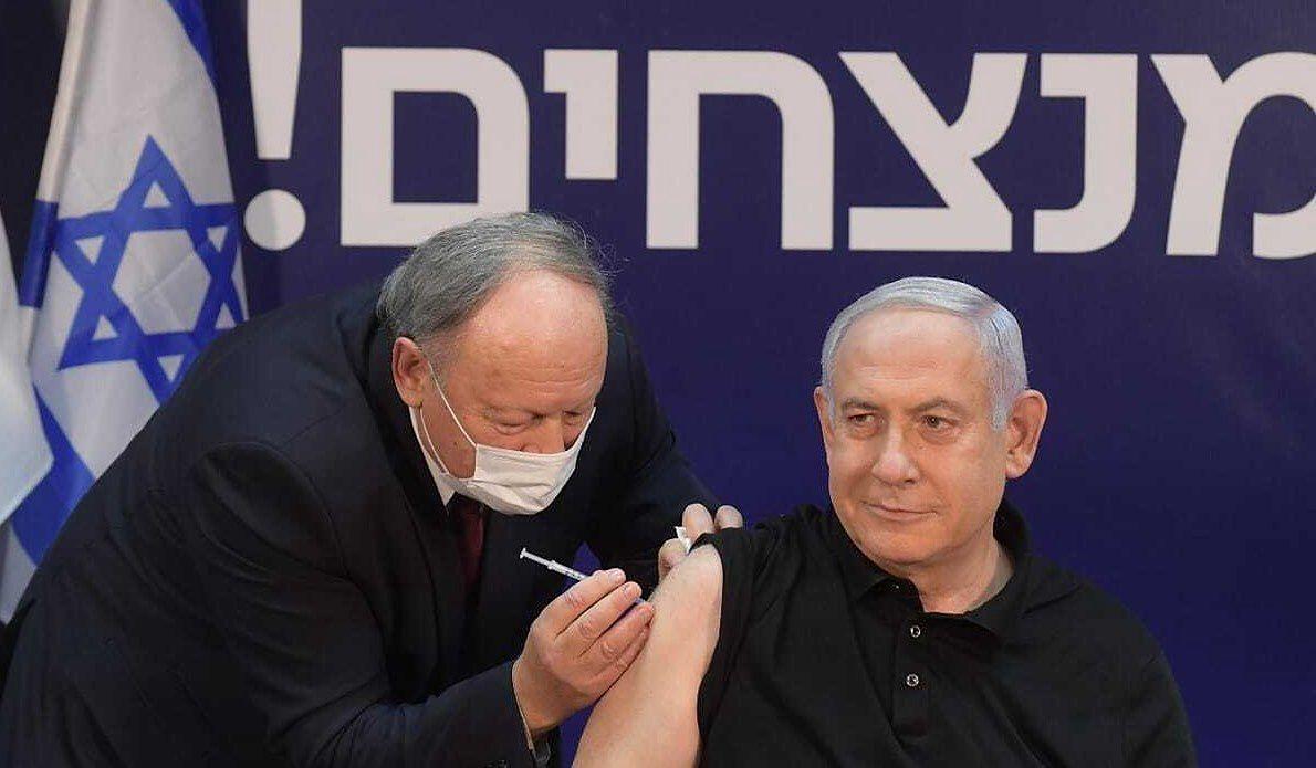 Premier Izraela Benjamin Netanjahu otrzymuje szczepienie na COVID-19