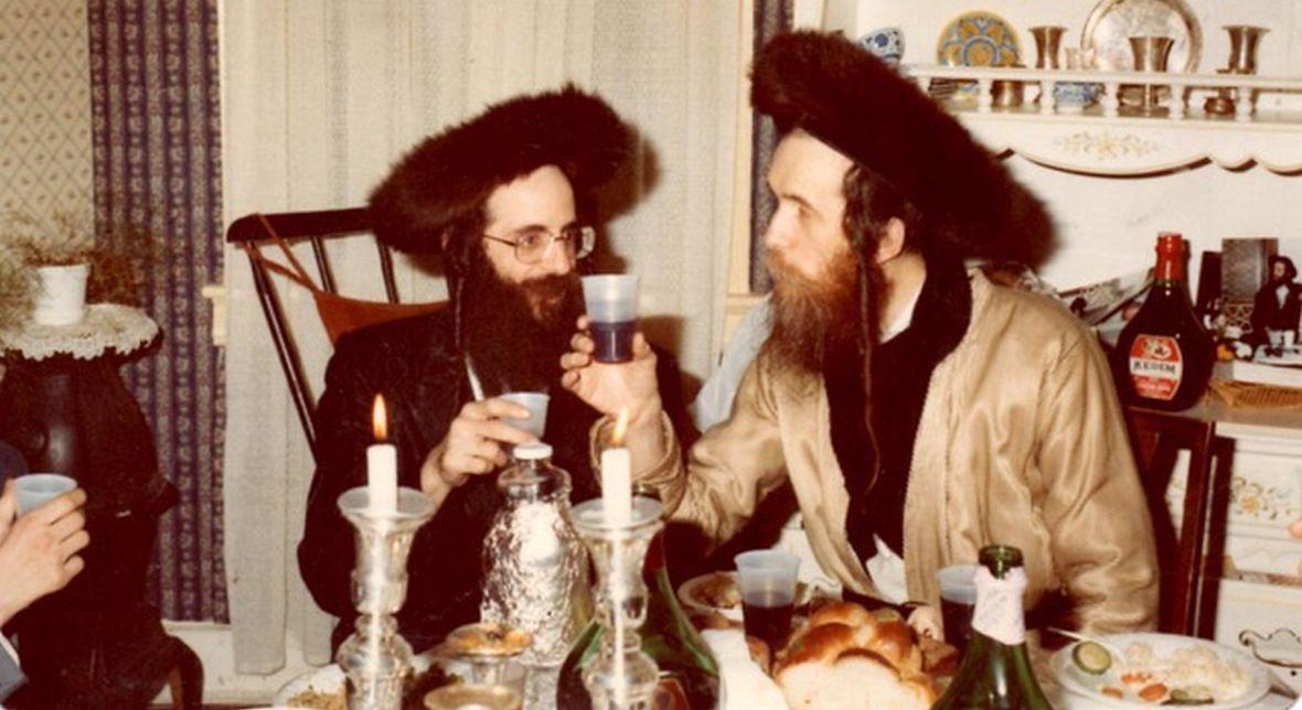 Ojciec Shulema Deena (po prawej w złotym kaftanie) w ich domu w czasie święta Purim. To po śmierci ojca Shulem przystąpił do wspólnoty skwerczyków