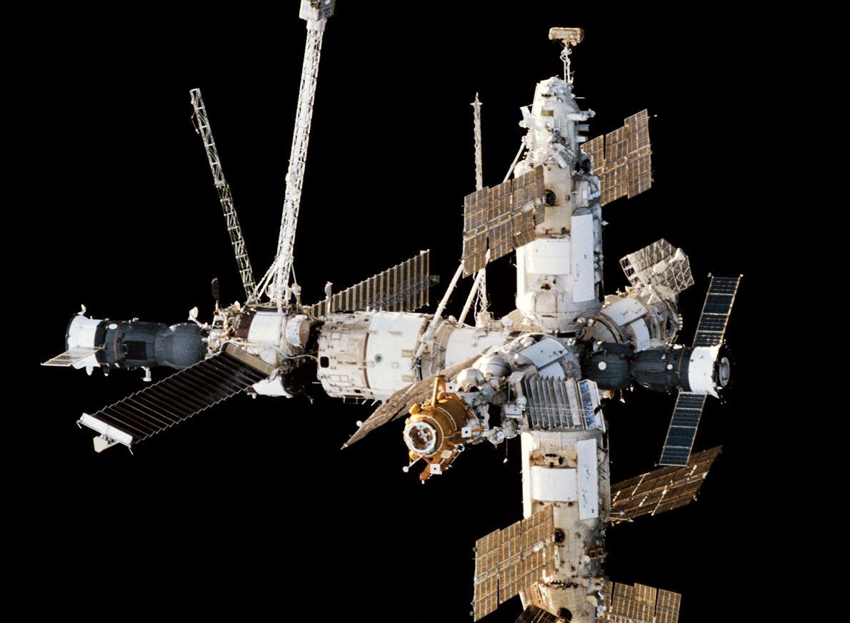 Stacja kosmiczna MIR widziana z promu kosmicznego Endeavour. Po lewej stronie zacumowany statek transportowy Progress, po prawej statek Sojuz