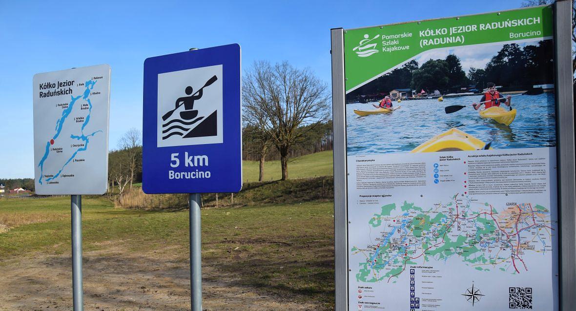 Tablice informujące o atrakcjach turystycznych okolicach Borucina