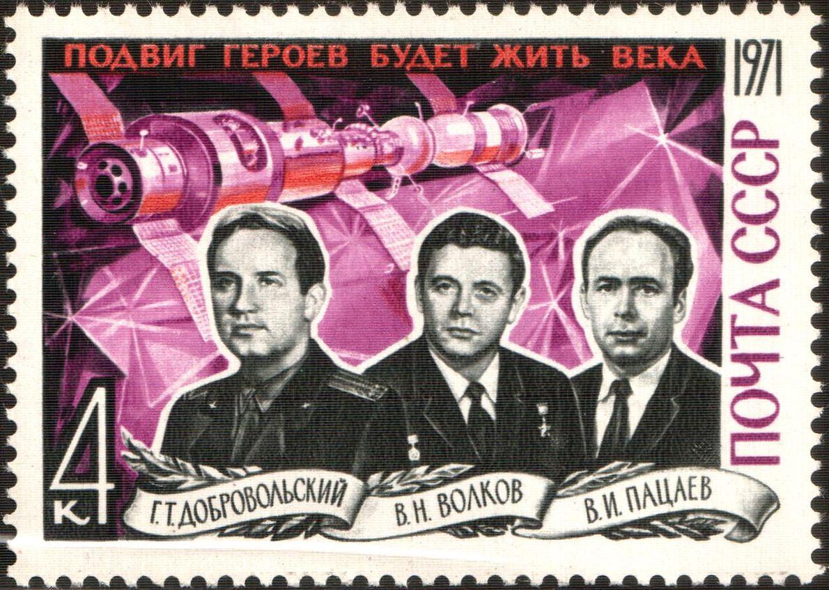 """Znaczek pocztowy z podobiznami załogi """"Sojuz 11"""", która zginęła podczas powrotu ze stacji Salut - 1. Od lewej kosmonauci Gieorgij Dobrowolski, Władysław Wołkow i Wiktor Pacajew"""