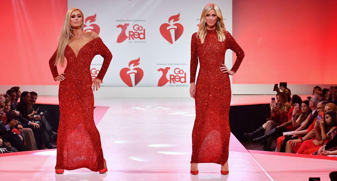 Paris Hilton z siostrą, Nicky Hilton Rothschild, na pokazie Go Red for Women Red Dress Collection. Nowy Jork, 5 lutego 2020 roku