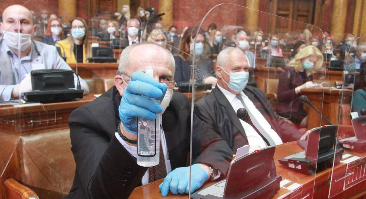 Serbscy parlamentarzyści już wiedzą, że rakija to za mało. Wybierają środki dezynfekujące