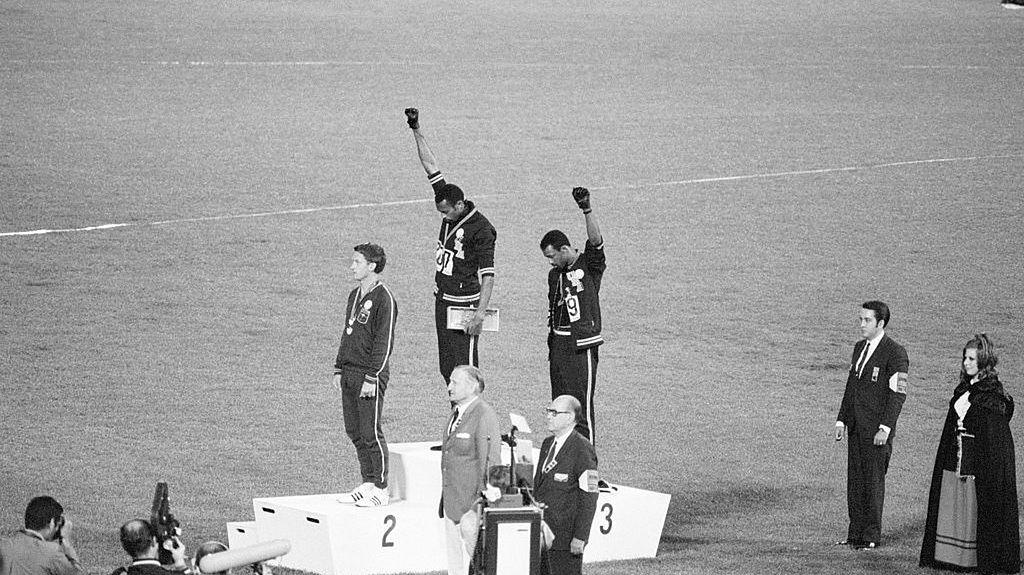 16 października 1968, Mexico City. Medaliści biegu na 200 m, Tommie Smith i John Carlos, protestują z podium przeciw rasizmowi w USA