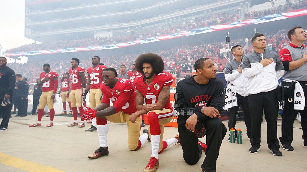 11 grudnia 2016, Santa Clara, Kalifornia. Colin Kaepernick (w środku) oraz Eli Harold i Eric Reid klęczą w czasie hymnu USA