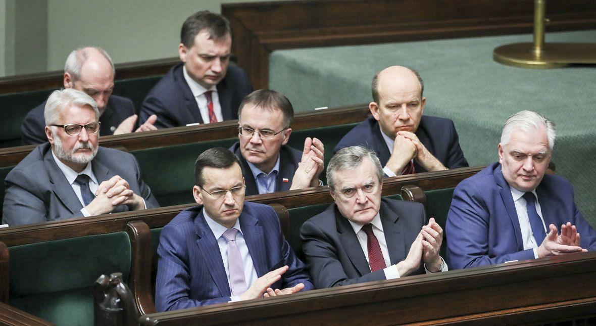 """I znów z rządowych ławach. Jarosław Gowin (z prawej) często głosuje """"za"""", ale się nie cieszy"""