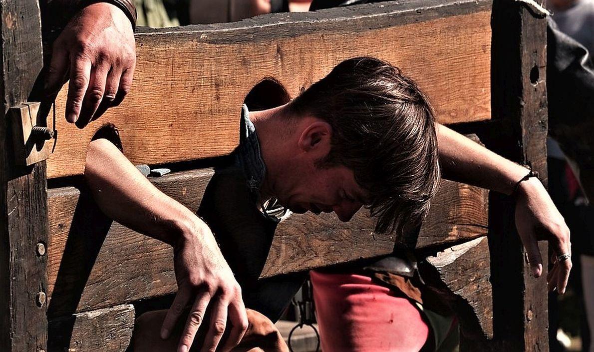 """Narzędzie tortur zwane """"gąsiorem"""" (często mylone z dybami) było stosowane przez szlachtę polską do karania chłopów. Zakucie do gąsiora, oprócz cierpień fizycznych, oznaczało napiętnowanie i torturę psychiczną. Zdjęcie współczesne, rekonstrukcja, fot.Michael Höfner/Wikimedia Commons/CC BY-SA 2.5"""