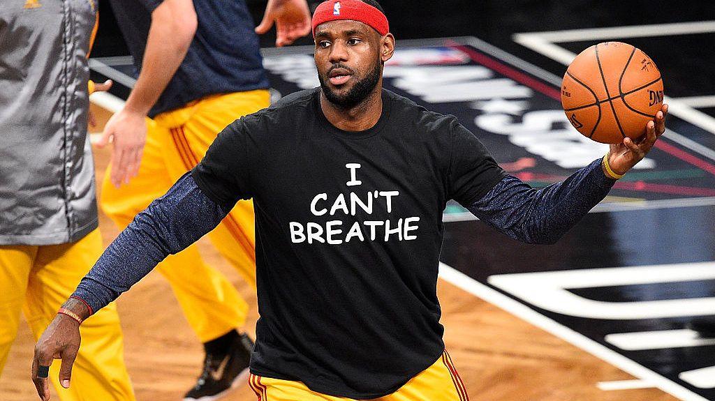 """8 grudnia 2014, Nowy Jork. LeBron James w koszulce """"Nie Mogę Oddychać"""" w czasie rozgrzewki przed meczem NBA"""