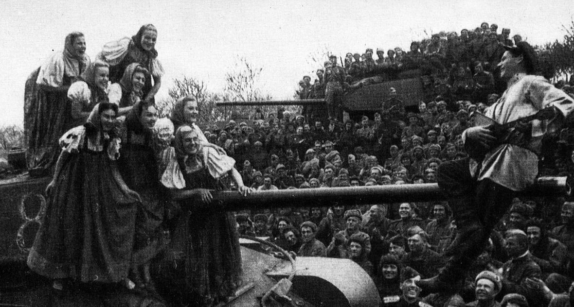 Wszechobecny entuzjazm - wyłącznie tak przedstawiano powitanie Armii Czerwonej