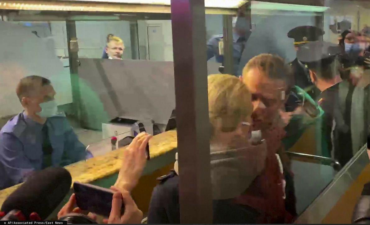 Aleksiej Nawalny całuje żonę Julię tuż przed aresztowaniem na lotnisku Szeremietiewo w Moskwie