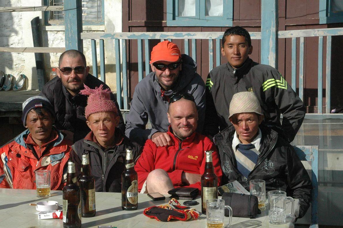 Tomasz Ejtminowicz (trzeci od lewej na dole) nie zgadza się na złe traktowanie nepalskich tragarzy - porterów - przez wspinaczy z Zachodu