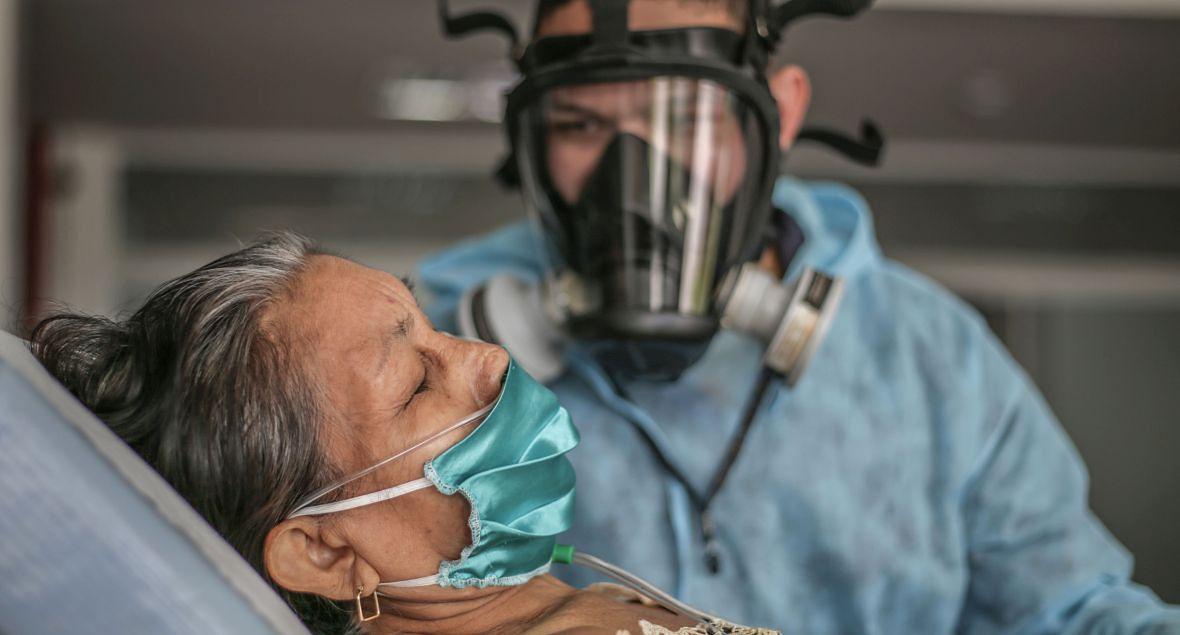 Jednym z krajów, w których epidemia nie wygasa, a eskaluje każdego dnia, jest Brazylia. Na zdjęciu: zakażona koronawirusem staruszka w szpitalu w Manaus