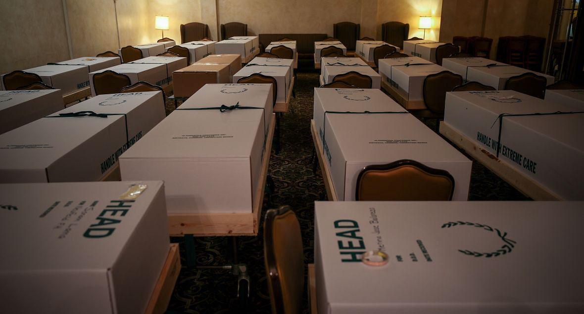 Jeden ze scenariuszy polskich futurologów zakładał, że w najbliższych latach dojdzie do pandemii. Liczbę ofiar prognozowali nawet na 700 mln. Do pandemii doszło wcześniej, niż sądzili i szczęśliwie zabiła mniej ludzi (dotychczas ok. 400 tys.). Na zdjęciu: kartonowe trumny w domu pogrzebowym w Nowym Jorku