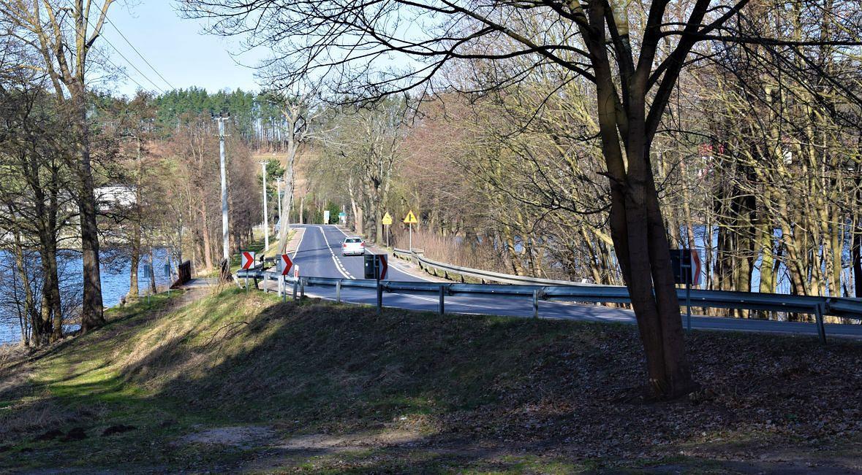 Droga na grobli oddzielającej jeziora Raduńskie Górne i Dolne. Marzec 2020 roku