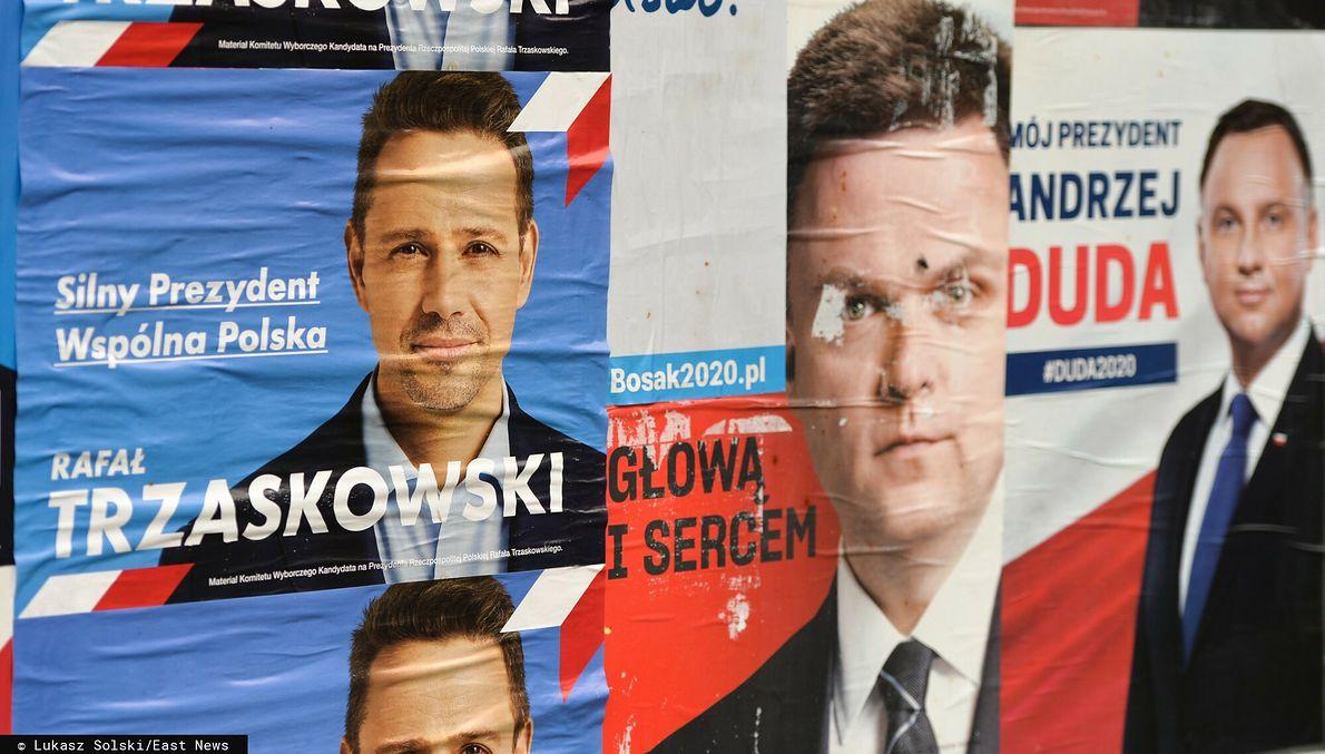 Plakaty wyborcze Rafała Trzaskowskiego, Szymona Hołowni i Andrzeja Dudy. Kandydat Koalicji Obywatelskiej wszedł do wyborów późno, ale wyprzedził Szymona Hołownię i dostał się do drugiej tury, gdzie przegrał z Andrzejem Dudą