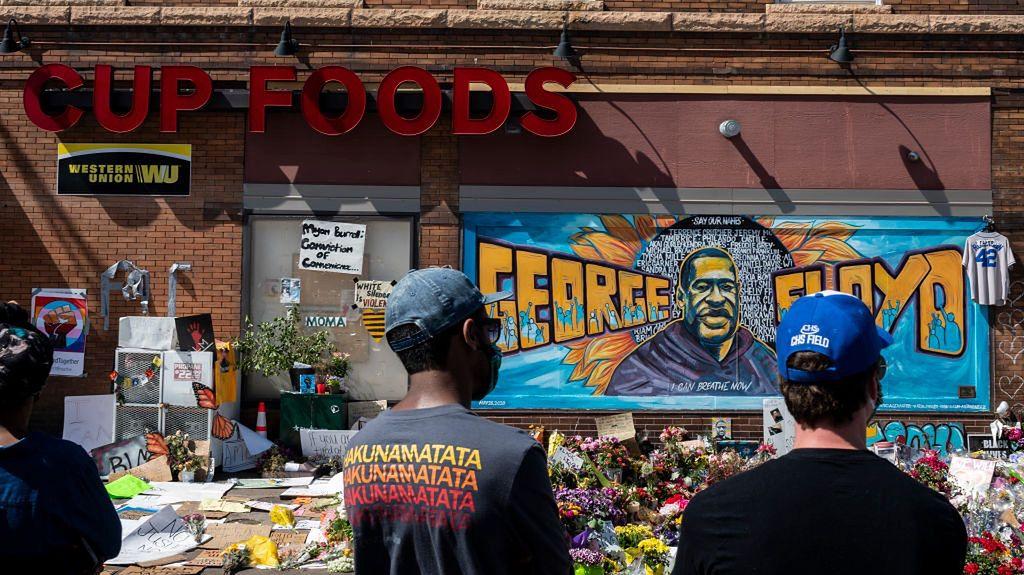 Minneapolis, Minnesota. Na miejscu śmierci Floyda powstało upamiętniającego go graffiti