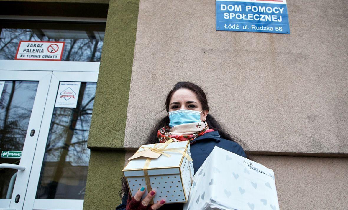 DPS przy ulicy Rudzkiej w Łodzi. Gdy na FB ukazał się wpis o marzeniach odciętych od świata seniorów ludzie obdarowali ich prezentami