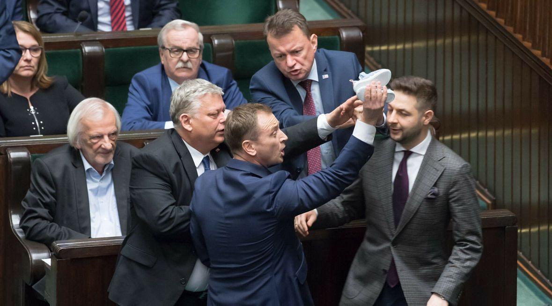 Marek Suski broni prezesa PiS również fizycznie. Na przykład wtedy, gdy poseł Nitras próbował wręczyć Jarosławowi Kaczyńskiemu dziecięce buciki. Stało się to podczas debaty nad zaostrzeniem kar za pedofilię. Poseł PO uważał, że PiS broni księży dopuszczających się przestępstw. Maj 2019 roku