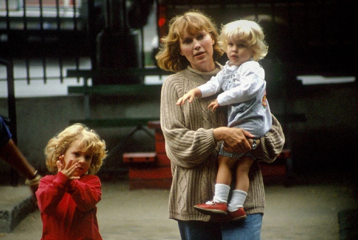 Mia Farrow z Dylan i Ronanem, 1990 r.