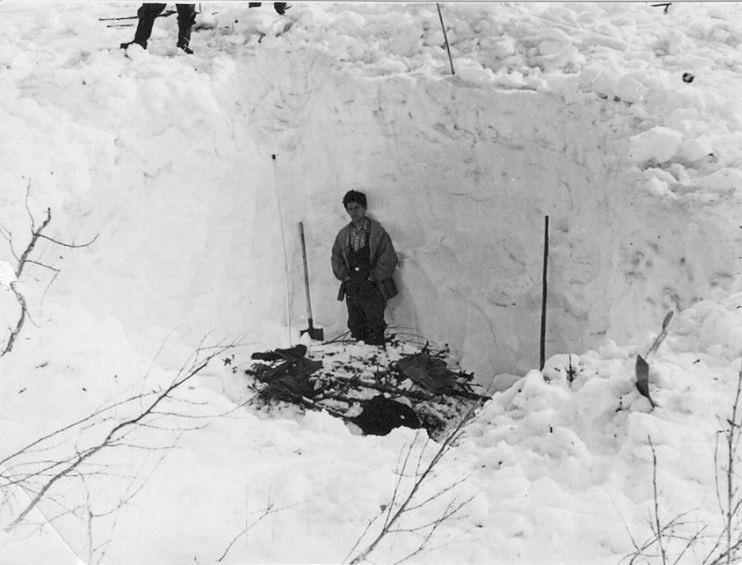 Zdjęcie wykonane przez ratowników, pracujących na miejscu tragedii. Rozkopywanie śniegu w jarze // fot. Fundacja Pamięci Grupy Diatłowa