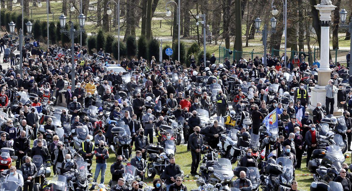 """Motocyklowy Zlot Gwiaździsty na Jasnej Górze. Jeden z naszych rozmówców irytuje się: """"W szczycie pandemii przyjeżdża kilka tysięcy motocyklistów, a policjantka mówi, że cieszy się, że mogą się spotkać w tak licznym gronie"""""""