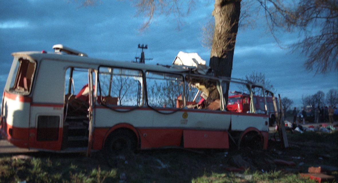 Drzewo rozrywa cienką karoserię autobusu niczym kartkę papieru. Policja zmierzy potem, że na głębokość aż czterech metrów
