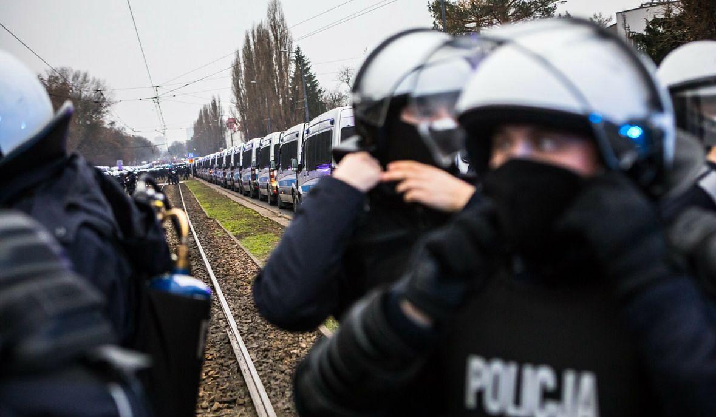 Oddziały prewencji w okolicach domu prezesa PiS. Marsz w tym kierunku zapowiedziały aktywistki Ogólnopolskiego Strajku Kobiet. Grudzień 2020 roku