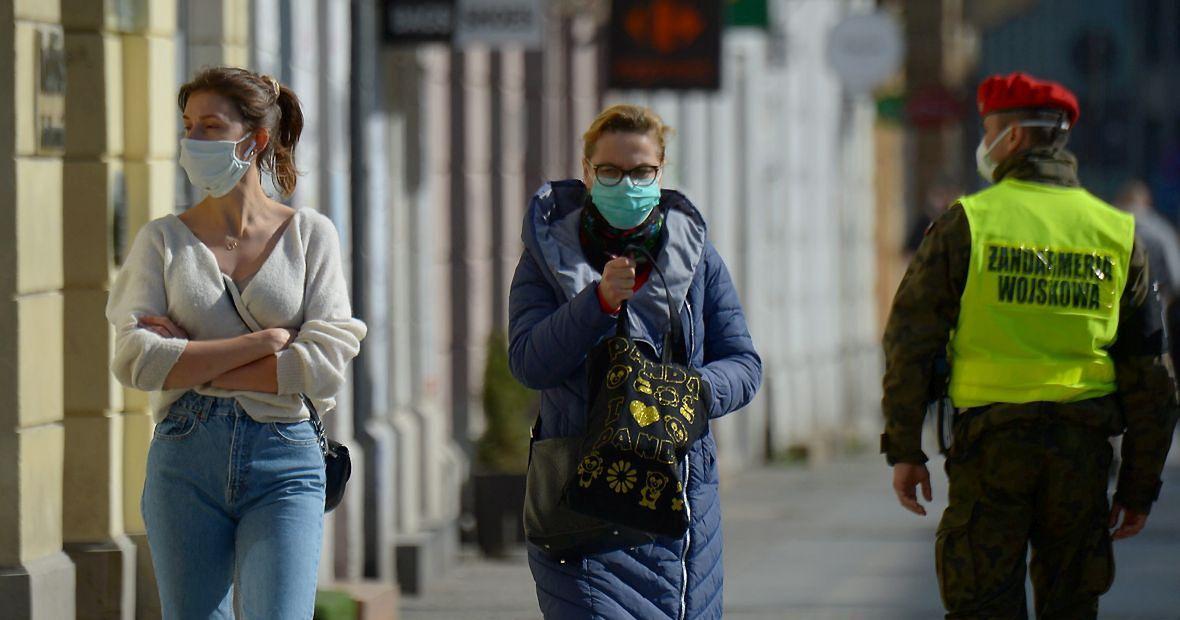 """""""Po '89 roku coraz więcej ryzyka spychano w Polsce na jednostki. Moment epidemii, gdy stawką staje się życie ludzkie, przetrwanie całej populacji, jest tym momentem, gdy prywatyzacja ryzyka musi się zatrzymać"""". Na zdjęciu ulica Warszawy, pierwszy dzień obowiązkowego noszenia maseczek"""